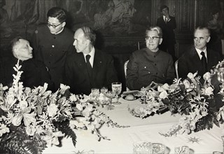 The Chinese leader Deng Xiaoping (left) to host in Paris. With President Valéry Giscard d'Estaing (center) and Foreign Minister Qiao Guanhua and Jacques Chaban-Delmas (Mayor of Bordeaux). Dinner at th...