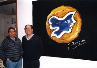 M. Agahian et M. Israël, devant une tapisserie inspirée d'une oeuvre de Georges Braque (Hécate)