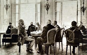 Première Guerre Mondiale. 6ème séance du conseil de guerre interallié à Versailles. MM. Lloyd George et Balfour prenant le thé.