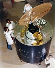 Inspection d'un satellite Anik A, 1972