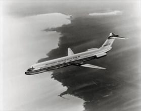 L'avion de ligne Douglas DC-9 en vol