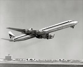 Avion à réaction DC-8 au décollage