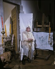 """Dali devant sa toile """"La queue d'Aronde et la Porte trompe-l'oeil"""""""