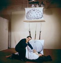 """Salvador Dali pendant le tournage du film """"L'Histoire prodigieuse de la Dentellière et du Rhinocéros"""""""
