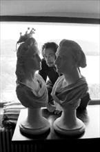 Salvador Dali derrière les bustes de lui-même et de Gala sculptés par Ramon Sabi