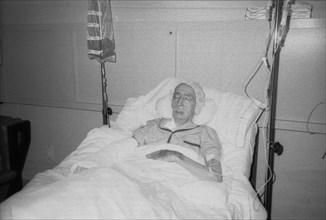Salvador Dali à l'hopital après l'incendie de sa chambre au château de Pubol