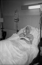 Salvador Dali à l'hôpital après l'incendie de sa chambre au château de Pubol