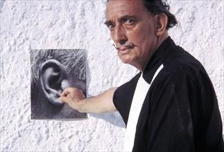 Salvador montrant l'oreille de Picasso