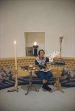 Salvador Dali dans le salon de l'oeuf de Port Lligat