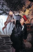 Salvador Dali dans le patio de sa maison de Port LligatDali