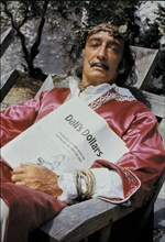 "Dali tenant ""Dali's dollars"", article de Life Magazine"
