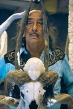 Dali avec son ange surréaliste aux cornes