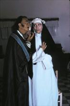 Dali et Amanda Lear préparant la pose pour la photographie Les yeux sur le plat de Sainte Lucie