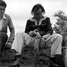 Salvador Dalí et Juan à Port Lligat, 1957