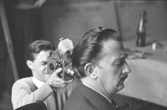 Salvador Dalí et Robert Descharnes au Musée du Louvre, Paris