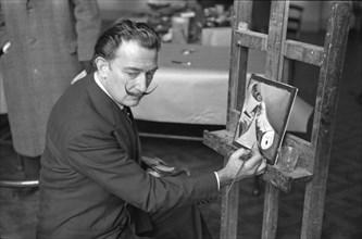 Salvador Dalí au the Musée du Louvre, Paris, 1954