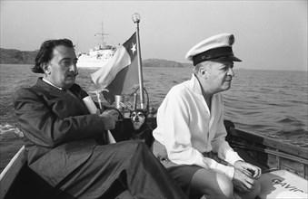 Salvador Dali et Arturo Lopez rejoignent Cadaqués, 1956