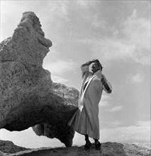 Salvador Dalí, pose devant le Rocher du sommeil, Cap de Creus, 1955