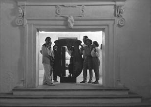 Salvador Dalí, Tiny Duchamp, Mme Monnier, Gala, Mr. Monnier, Marcel Duchamp et Michèle Descharnes, à Cadaqués, 1958.