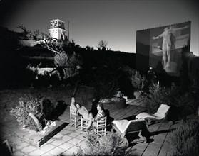 Salvador Dalí, Gala et Robert Descharnes dans le patio de la maison de Port Lligat (Espagne), 1956.