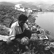 Artificier préparant un mauvais coup dalinien, Port Lligat, 1959.