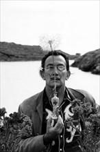 Salvador Dalí présente la fleur de pissenlit, Port Lligat, 1959