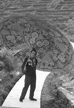 Salvador Dalí pose debout sur la voie lactée, Port Lligat, 1959