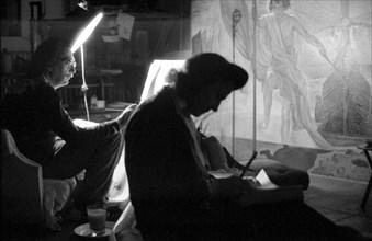 Salvador Dalí peint et Gala lui fait la lecture, Port Lligat, 1959