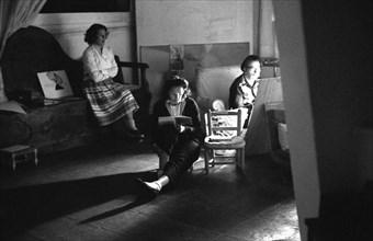 Salvador Dalí, Gala et Michèle Descharnes dans l'atelier de Dalí, à Port Lligat, 1959