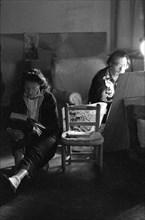Salvador Dalí travaille et Gala lui fait la lecture, Port Lligat, 1959