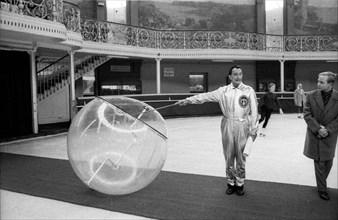 Salvador Dalí présente une de ses inventions à la presse, Paris, 1959
