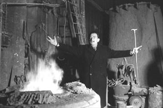 Salvador Dalí à la Fonderie Susse, 1959