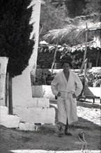 Salvador Dalí en peignoir, Port Lligat, 1960