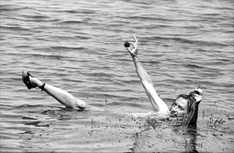 Salvador Dalí au bain, Port Lligat, 1960
