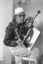 Salvador Dalí peignant, 1968