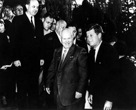 Vienne. Kennedy et Khrouchtchev se dirigent vers l'ambassade américaine. Derrière, en arrière plan à gauche, Dean Rusk, secrétaire d'état