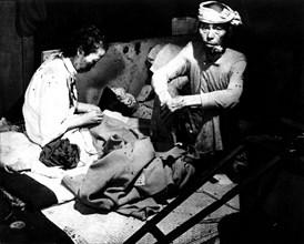 Victimes de la bombe atomique d'Hiroshima, dans la ville infestée de mouches