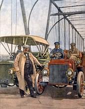 L'inventeur américain Thomas Edison fait un essai avec son nouveau moteur de voiture