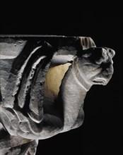 Chapiteau d'une colonne de marbre, orné de griffons et animaux