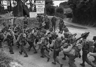 Une troupe de Gi's en route vers un port britannique  (juin 1944)