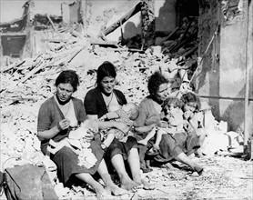 Femmes sur les ruines en Italie