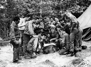 Officiers et soldats de l'armée américaine prennent connaissance des objectifs qui leur sont assignés pour le Jour-J