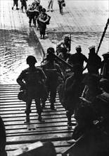 Soldats américains embarquant sur des chaland de débarquement (1944)
