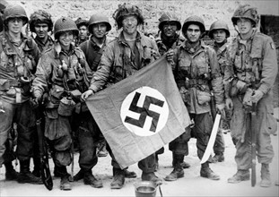 US paratroopers showing a Nazi flag (June 1944)