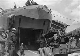 Chargement d'un canon de 155mm dans un port britannique (juin 1944)