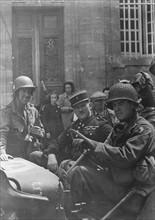 Soldats américains et officier de gendarmerie français (1944)