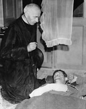 Un prêtre français reçoit en confession un blessé américain (1944)
