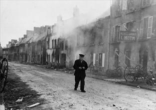 Vieil homme dans Montebourg, en Normandie