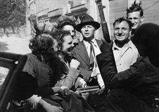 La population de Valognes accueille les soldats américains (1944)