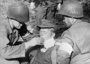 American soldiers with German prisoner (1944)